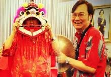 """ผศ.ดร.ภาธร โพสต์ภาพฉลองตรุษจีนหาชมได้ยาก """"พระเทพฯ"""" ทรงถอดฉลองพระบาท เชิดสิงโต"""