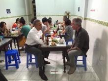 """ว้าว!""""โอบามา""""ในวันชิลล์  นั่งกินเฝอกับเชฟดังที่เวียดนาม"""