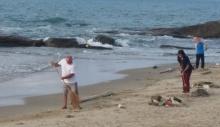 โซเชียลแห่แชร์!! ยกย่องชาวต่างชาติ จูงมือภรรยาไทยเก็บขยะริมหาด