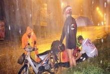 """น่ายกย่อง!!! """"เเม่-ลูกจอดรถช่วยเหลือคนเจ็บ"""" ท่ามกลางสายฝนที่ตกอย่างหนัก!"""