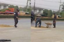 ตำรวจน้ำดี!! ห่วงประชาชนเกิดอุบัติเหตุ เลยลงมือด้วยตัวเองแบบนี้