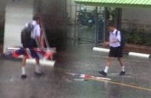 ภาพน่าชื่นชม หนุ่มน้อยในชุดนักเรียน วิ่งฝ่าสายฝนเก็บธงชาติกลางถนน