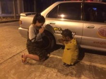 ซึ้งใจสาวท้องยกมือไหว้กู้ภัยพิการ หลังช่วยลากรถเสียมาส่งถึงบ้าน