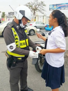 ตำรวจดีๆยังมีอีกเยอะ..นักเรียนมาสอบผิดที่ตร.ใจดีอาสาไปส่ง