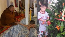 อ่านแล้วซึ้งจนน้ำตาคลอ...น้องก๊อตจิเด็กกำพร้า เก็บดอกไม้ไหว้หลวงพ่อ แทนแม่ที่หายไป