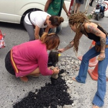 สาวทนไม่ไหว!! ควักเงินซื้อยางมะตอยซ่อมถนนเอง ..หลังรถล้มบ่อยครั้ง
