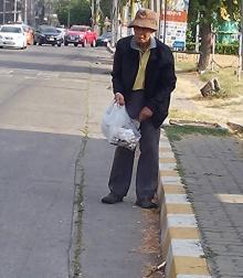 คนดียังมีอีกเยอะ..แห่ชมคุณลุงเดินเก็บเศษขยะในเมืองทองทั้งที่ขาไม่ดี