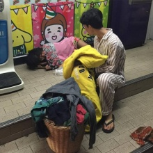หัวใจหล่อมาก!!  หนุ่มใจงามหอบเสื้อผ้ายกเข่งคลายหนาวให้คนไร้บ้าน
