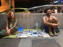 แรงบันดาลใจ คู่รักนักท่องเที่ยวหาเงินเดินทางรอบโลกด้วยการขายโปสการ์ด