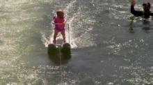 นี่คือ! ผู้เล่นสกีน้ำที่มีอายุน้อยที่สุดในโลก ด้วยวัย 6 เดือน 26 วัน