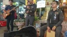 ชาวเน็ตกรี๊ด นายตำรวจเล่นดนตรีเปิดหมวก หาเงินช่วยพี่น้องภาคใต้