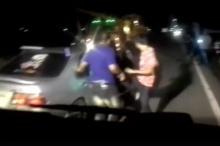 โหดจริง!! กลุ่มวัยรุ่นรุมทำร้ายชายขับเก๋งจนชักกระตุก-สลบเหมือด อ้างฉุดน้องสาวมา