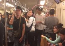 """ช่างกล้า? """"ผู้บ่าวขาเลาะ"""" หนุ่มร้องเพลงลำไยลั่นรถไฟฟ้าใต้ดิน ไม่แคร์สายตาผดส.คนอื่น"""