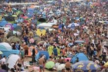 เห็นแล้วอยากกลับบ้าน!! นทท.ชาวจีนแห่เที่ยวทะเล แน่นขนัดแทบไม่เห็นพื้นหาด!!