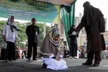 สาวอินโดถูกหามส่งโรงพยาบาล หลังศาลสั่งลงโทษฟาด 100 ที เพราะเหตุผลชวนอึ้ง!!