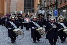 กองทหารเกียรติยศสวีเดน เริ่มพิธีอัญเชิญพระราชลัญจกรพิเศษ ในหลวง ร.9(คลิป)