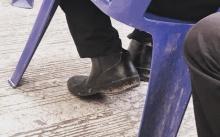 น้ำตาซึม... คุณลุงไม่มีรองเท้าคัทชู ลงทุนตัดรองเท้าบู๊ทสวมแทนเข้าร่วมพิธี หวังได้ลาพ่อหลวงเป็นครั้งสุดท้าย..
