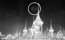 ภาพถ่ายติดพระพักตร์ในหลวง ร.๙ เหนือพระเมรุมาศ ขณะพิธีถวายพระเพลิงพระบรมศพ (มีคลิป)