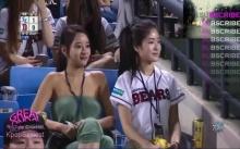 สาวสวยนั่งเชียร์บอลปกติ ดูเหมือนไม่มีอะไร แต่พอซูมดูใกล้ๆ ผู้ชายถึงกับตะลึงตาค้าง!