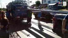 รถบรรทุกโครงเหล็กเวทีหมอลำ เหยียบเบรค ปลายเหล็กพุ่งทะลุกระจกรถทิ่มเฉียดคอลูกสาววัย 14 ปี