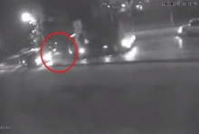 ไร้คนช่วย รถทับซ้ำตาแห่แชร์คลิปสุดสยอง เหยื่อถูกยิง-แทง วิ่งหนีล้มกลางถนนย
