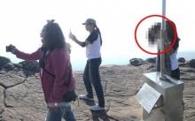 ขนหัวลุก!! สาวถ่ายรูปบนผากับเพื่อน กลับมาเปิดดูซ้ำ ถึงกับช็อก!! เจอแขกไม่ได้รับเชิญ?