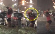 หนุ่มอึ้ง!! มองออกไปนอกรถขณะฝนตกหนัก เห็นแม่อุ้มลูกในท่าแปลกๆ พอเธอวิ่งเท่านั้นแหละ? (มีคลิป)