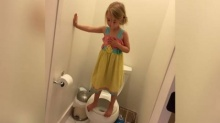แม่ยืนช็อก ถ่ายรูปลูกสาววัย 3 ขวบ ยืนบนชักโครกท่าทางแปลกๆ พอได้ยินเหตุผลจากปากลูกสาว ทำเอาอึ้งมาก!