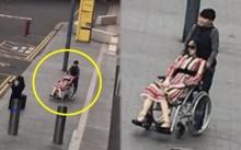ชายหนุ่มเข็นวีลแชร์ให้หญิงสาวนั่ง ดูธรรมดาปกติ พอซูมชัดๆเท่านั้นแหละ? ทำเอาอึ้งหนักมาก!!