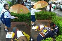 ปรบมือชื่นชม!! เด็กนร.กางร่มช่วยคนเจ็บริมถนนท่ามกลางสายฝน