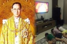 สุดซึ้ง!! ครอบครัวดารา ก้มกราบภาพในหลวงหน้าจอทีวี เห็นแล้วงดงามแถมน่าประทับใจ