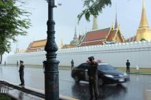 ชาวเน็ตชื่นชมตำรวจยืนตากฝน เฝ้าอารักขา บริเวณหน้าพระบรมมหาราชวัง