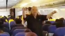 สมเถาวาทยากรชื่อดังชวน ผดส.ร้องเพลงสรรเสริญบนเครื่องบิน