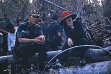 ซาบซึ้ง! วินาทีสมเด็จพระบรมฯ ทรงอุ้มสมเด็จแม่พ้นน้ำ ไม่ยอมให้เปียกกลางป่าพรุ