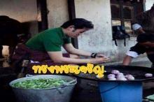 ภาพหาดูยาก!! กษัตริย์จิกมี ทรงทำอาหารให้เด็กนร.ด้วยพระองค์เอง!!!