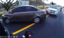 ไล่ล่าคนร้ายยังกับในหนัง!! คลิปตำรวจสระบุรีกวดคนร้ายกลางถนน(คลิป)