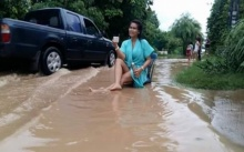 แซะแร๊งงง! สาวโวยน้ำท่วมถนนสายหลัก ฝนตกหนักไม่หนักก็ท่วม! ฝากผู้ใหญ่แก้ปัญหาด่วน!
