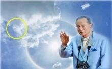 สุดอัศจรรย์ ! พระอาทิตย์ทรงกลดคล้ายพระพักตร์ในหลวงร.9 ดั่งพระองค์ยังคงเฝ้ามองพวกเราอยู่!