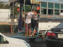 จับผิดภาพ!! มุมกล้องหรือจริง นักเรียนกอดจูบกันท้ายรถสองแถว