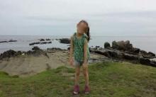 แทบทรุด!! พ่อถ่ายรูปให้ลูกสาว ขณะไปเที่ยวทะเล พอซูมรูปเข้าไปใกล้ๆ ถึงกับช็อกรีบเก็บของกลับบ้านด่วน!