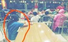 """ช่างภาพแอบถ่ายภาพครอบครัว นั่งกินข้าวในร้านหรู แต่ให้ """"คนใช้"""" นั่งแยกโต๊ะและดูพวกเขากิน!!"""