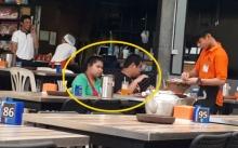 หนุ่มร้านหมูกระทะ ป้อนอาหารให้ลูกค้า 2 สามี-ภรรยา อย่างสุภาพ พอซูมดูใกล้ๆ เท่านั้นแหละ? (มีคลิป)