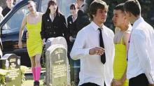 หือ! ชายใส่ เดรสเหลือง ถุงเท้ายาวชมพู ร่วมงานศพ คนมองไม่สมควร แต่พอรู้สาเหตุน้ำตาซึม!
