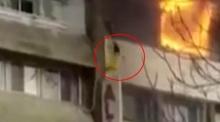 ไฟไหม้ระทึก นักท่องเที่ยวสาวปีนตึกโรงแรมชั้น 6 หนีตาย ก่อนหมดสติร่วงพื้น
