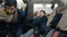 ตำรวจใช้เครื่องช็อตไฟฟ้าบุกรวบ ผู้โดยสารหนุ่มยอดแย่แห่งปี ตบผู้หญิง เหยียดสีผิวกลางเครื่องบิน
