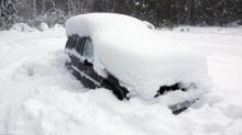 เหลือเชื่อ! เจ้าหน้าที่เร่งช่วยคนติดในรถถูกหิมะถม 2 เดือนเต็ม! เปิดเห็นสภาพภายในช็อก!