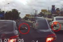 ผู้ใช้ถนนผวา!!วีออสดำปาดหน้า ก่อนชักปืนขู่กลางถนนอุกอาจ (คลิป)