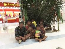 สับเละ!! งานท่องเที่ยว เหตุจับชาวเซมังนั่งบนพื้นกลางห้าง