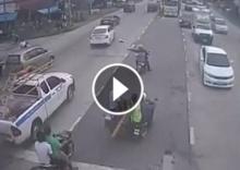 ชื่นชม!! นร.หญิงวิ่งข้ามถนน ไปช่วยสุนัขถูกรถชน หลังถูกคนเมิน