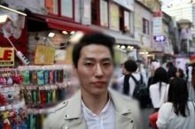 อึ้ง! ผู้ชายเกาหลีใต้ นิยมแต่งหน้าตัวเองกันมากกว่า 80% เผยอยากหล่อ !!(มีคลิป)